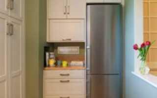 Куда поставить холодильник в маленькой кухне (+42 фото-ответов)