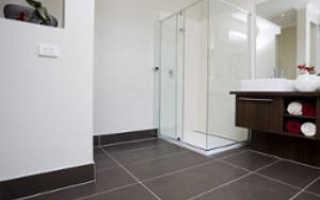 Как выбрать и приклеить плинтус в ванную комнату на пол