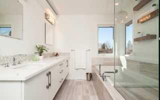Можно ли делать в ванной комнате натяжной потолок — какой лучше, плюсы и минусы (видео, фото)