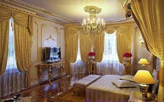 Золотые шторы в интерьере: особенности декора